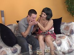 AMateur brunette grown-up MILF Kisha gets the brush trotters licked in the lead a fuck