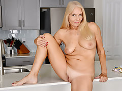 Florida milf Chery Leigh loves capital punishment kitchen chores