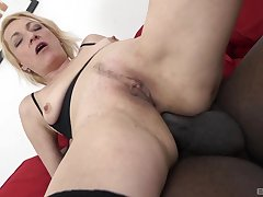 Close-fisted mature loads her butt space with a BBC