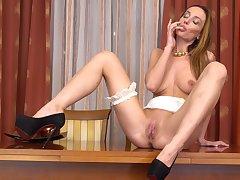 Unaccompanied model Marel Dew spreads her legs to pleasure her pussy